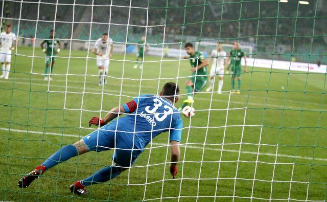 Jasmin Handanović je tik pred odmorom ubranil enajstmetrovko Roku Kronavetru. FOTO: Roman Šipić/Delo