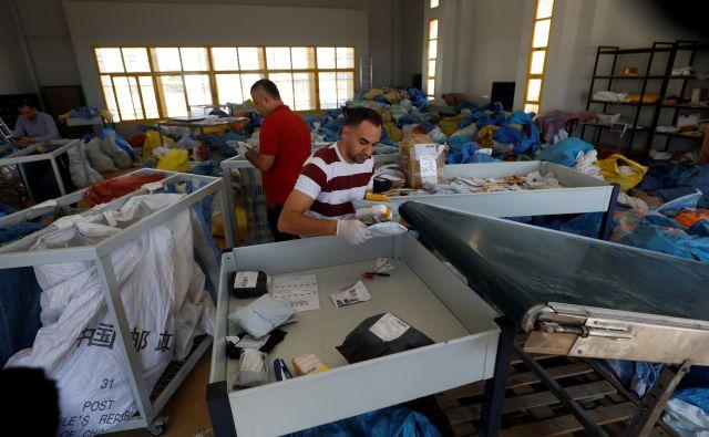 Zaposleni na pošti so v zadnjih dneh kupe pisem in paketov razvrščali v mestu Jeriho na Zahodnem bregu. FOTO: Mohamad Torokman/Reuters