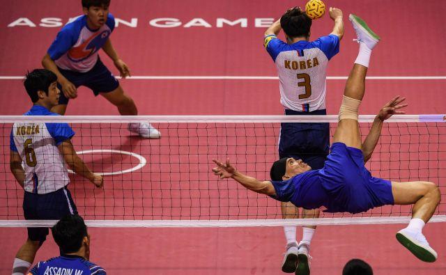 V Džakarti potekajo azijske igre. Utrinek iz azijskega športa takraw, mešanice nogometa in odbojke.Foto Mohd Rasfan Afp