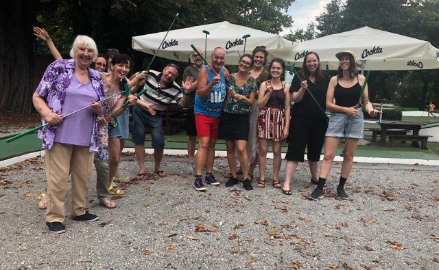 Šesterica starejših igralcev v predstavi Ves moj seks se je s kanadskimi umetniki družilo tudi po pripravah na predstavo. Foto Lea Kukovičić