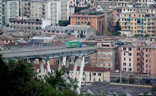 Zrušenje viadukta v Genovi, ki je bil problematičen že vrsto let. FOTO: Stefano Rellandini Reuters