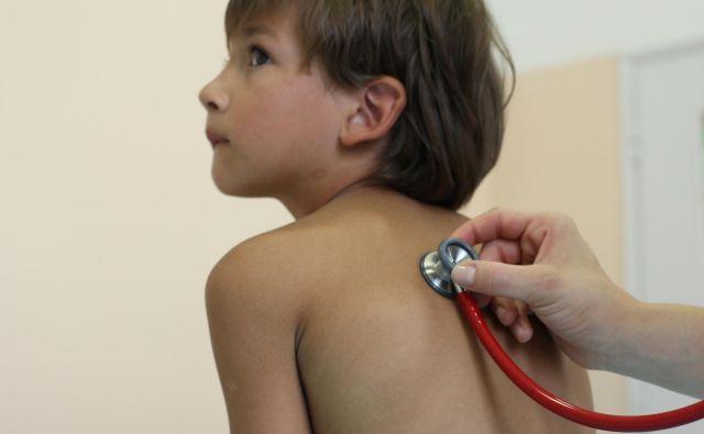 Vsi se strinjajo, da je treba ohraniti visok odstotek pregledanih otrok na sistematskih pregledih. Kjer so težave, jih je treba rešiti, pravi ministrstvo za zdravje. Del težav bi zagotovo odpravila natančna navodila. FOTO: Jure Eržen/Delo