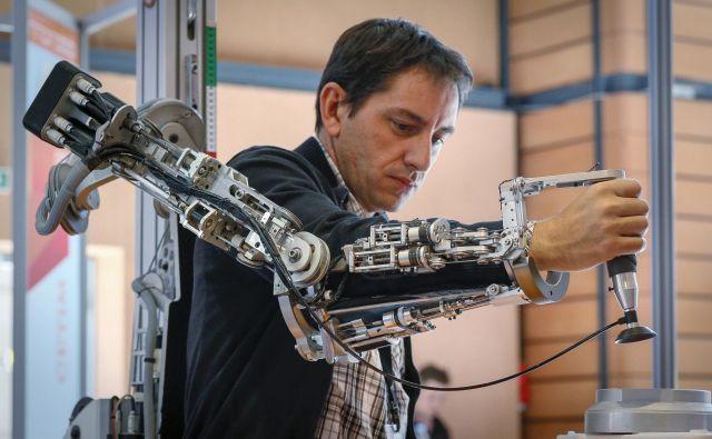 Delovna mesta si bomo v ne več tako daljni prihodnosti delili z roboti. FOTO Reuters