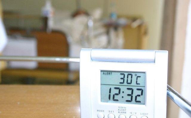 Temperature v bolnišničnih sobah so včasih že nevzdržne, kar lahko vpliva tudi na rezultat zdravljenja. Foto Boris Šuligoj