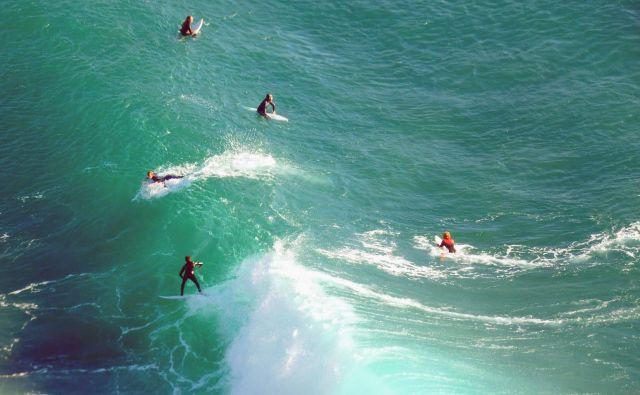 Poleti so vse bolj znane lokacije za surfanje vzdolž obale precej oblegane, medtem ko je tista prava sezona pozimi. Toplo sonce, še vedno ne premrzla voda in, kar je najpomembnejše, ne preveč gneče, kar je pri surfanju vse bolj redko. FOTO: Shutterstock