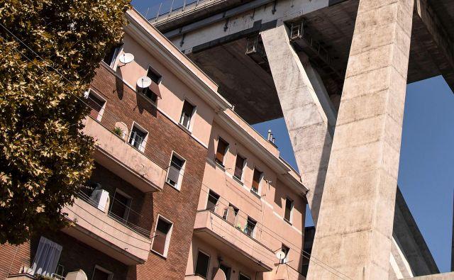 Ostanki Morandijevega viadukta teden dni po smrti 43 ljudi kot senca visijo nad Genovo in Italijo. FOTO: AFP