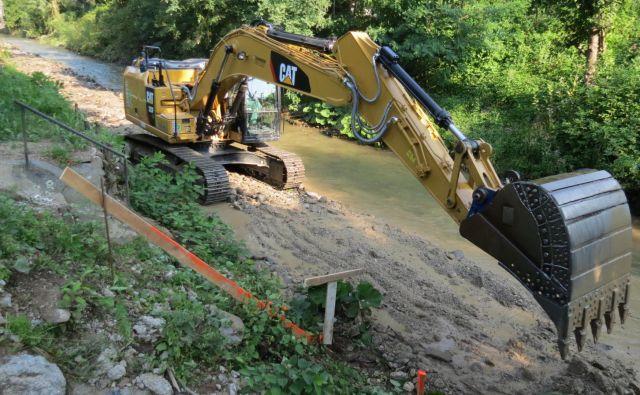 Iz reke Meže so odpeljali že 14.000 kubičnih metrov materiala. FOTO MATEJA KOTNIK