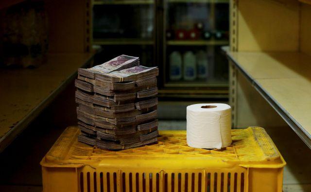 Za toaletni papir v vrednosti 0,35 evra je treba odšteti 2,6 milijona bolivarjev. FOTO: Carlos Garcia Rawlins/Reuters