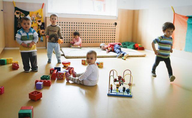 V vrtcih naj bi bile večje igralne površine, torej najmanj tri kvadratne metre na otroka, od 1. 9. 2023. FOTO: Jože Suhadolnik/Delo