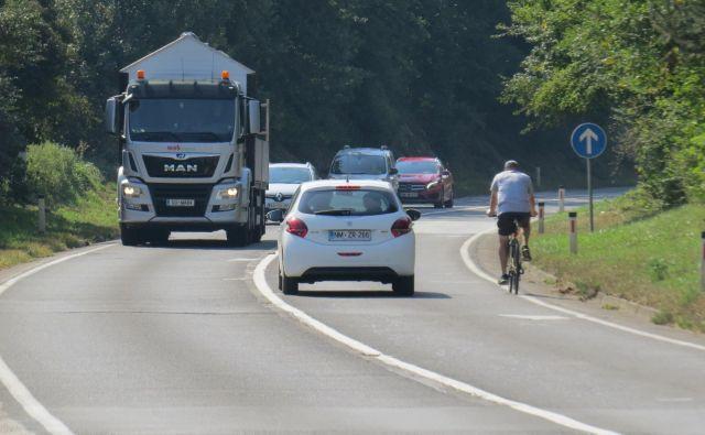 Prometno zelo obremenjena državna cesta proti Žabji vasi je izredno nevarna za kolesarje. FOTO: Bojan Rajšek