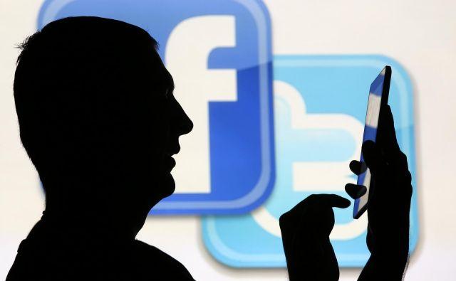 Facebook in Twitter ter druga podjetja z družbenimi omrežji si želijo zavarovati svoje platforme, tudi zaradi prihajajočih novembrskih volitev v ZDA, in tako preprečiti širjenje lažnih novic. FOTO: Dado Ruvic/Reuters
