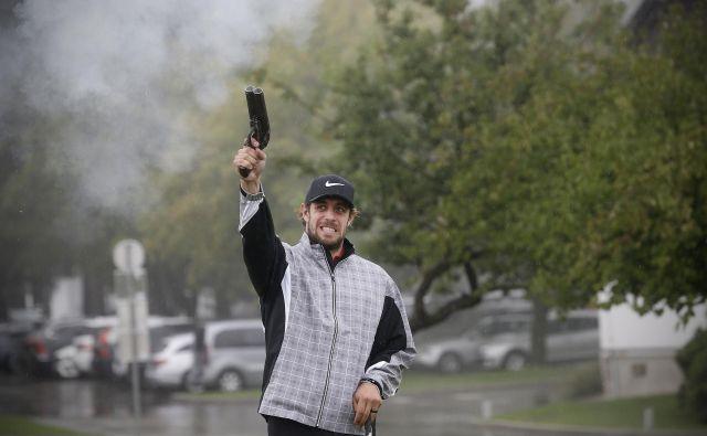 Anže Kopitar je s strelom iz pištole dal znak za začetek turnirja. FOTO: Blaž Samec/Delo