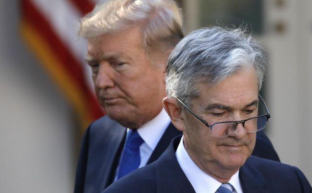 Predsednik Donald Trump in šef Feda Jerome Powell sta kar zadeva obresti vsak na svojem bregu. Foto Reuters