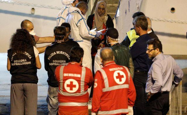 Ladjo italijanske obalne straže Diciotti je lahko v sredo zvečer zapustilo 27 otrok. FOTO: Antonio Parrinello/Reuters