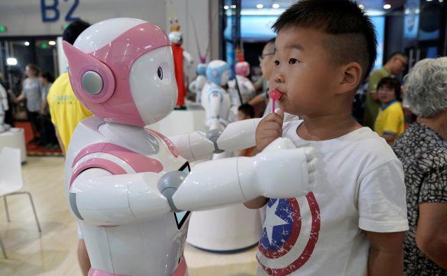 Odrasli so s testom opravili bolje, saj se pritisku robotov niso vdali. FOTO: Jason Lee/Reuters