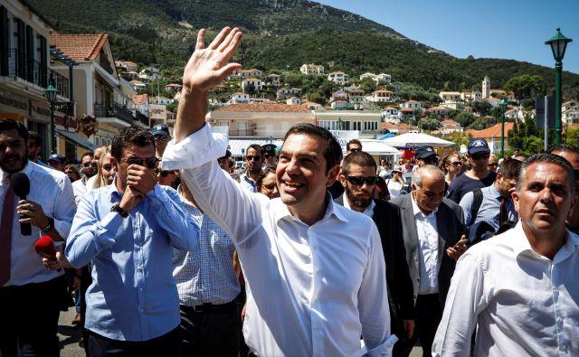 Grški premier Aleksis Cipras na otoku Itaka pozdravlja svoje politične podpirnike. Foto Reuters