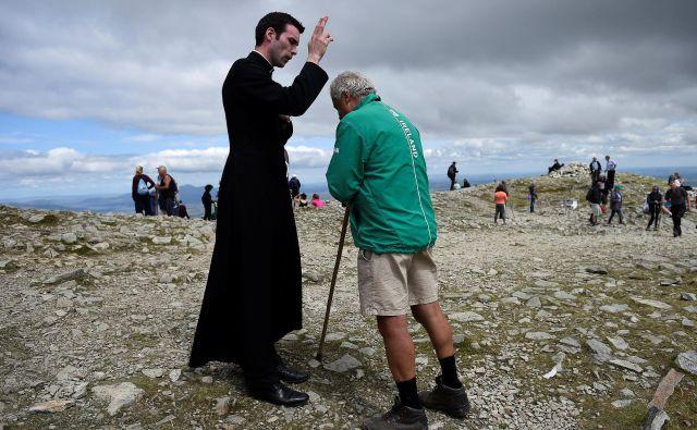 Blagoslov romarja na Irskem kot priprava na papežev obisk. FOTO: Reuters