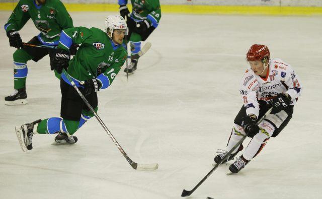 Nazadnje so bili uspešnejši hokejisti Jesenic, ki so v finalu državnega prvenstva premagali Olimpijo. FOTO: Jože Suhadolnik