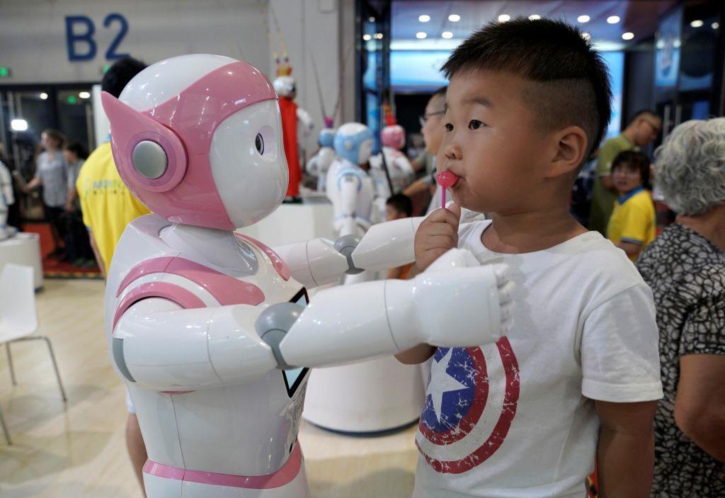 Otroci zaradi pritiska robotov podali napačne odgovore