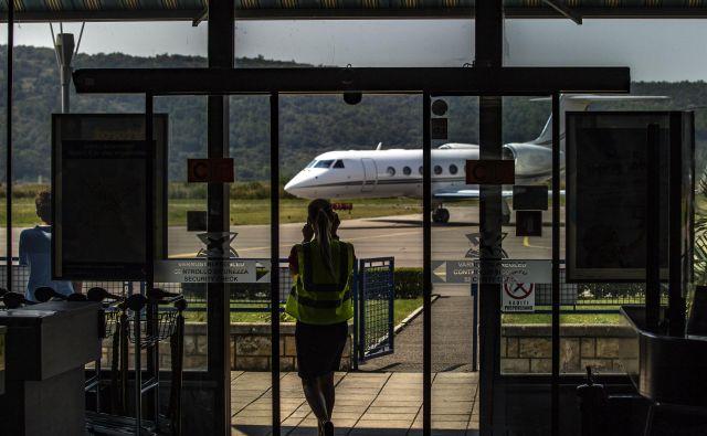 Pristanek zasebnega letala na portoroškem letališču. FOTO: Voranc Vogel/Delo