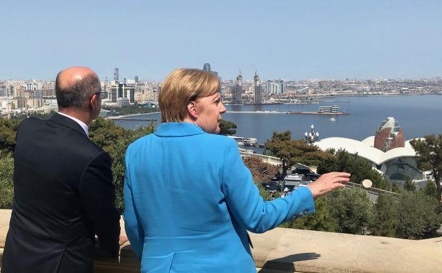 Nemška kanclerka Angela Merkel si je z azerbajdžanskim ministrom za energijo Parvizom Shakhbazovom ogledala Baku.<br /> FOTO: Reuters