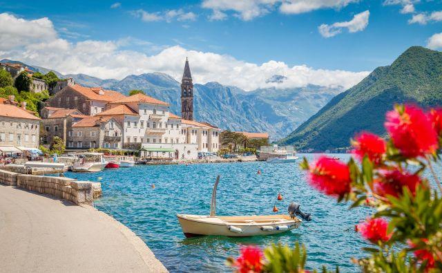 V Črni gori gostijo letno dva milijona turistov, večinoma poleti in ob obali, zato turizem pri prebivalcih vzbuja mešane občutke naklonjenosti in sovraštva. FOTO: Shutterstock.com