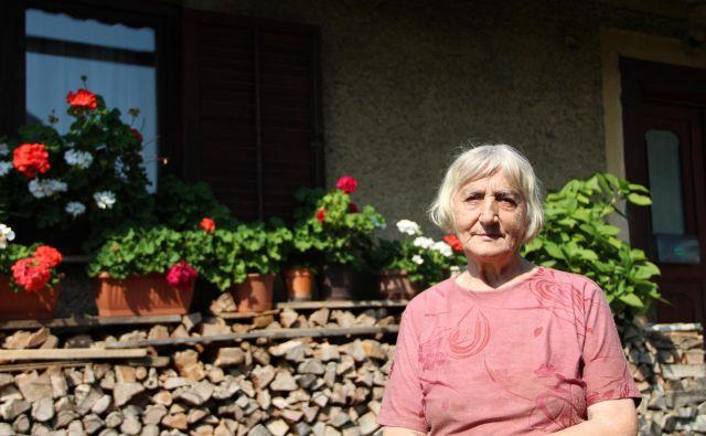 »Vsej vasi sem dolžna, pa sorodnikom in ljudem po Sloveniji,« pravi Marija Matko, skorajda 82-letna gospa, ki ji je toča sesula štiri strehe. Foto Simona Fajfar