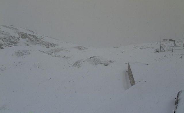 Vrh Kredarice je danes pobelil sneg. FOTO: Arso