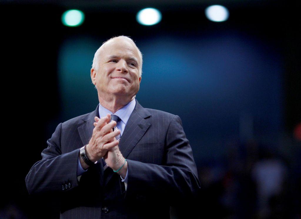 Umrl je ameriški senator John McCain