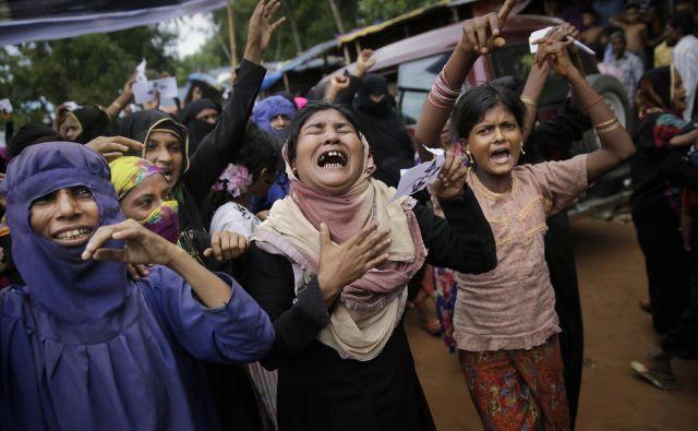 Na tisoče pripadnikov ljudstva je to nedeljo s protesti spomnilo na prvo obletnico napadov, zaradi katerih je na tisoče ljudi pobegnilo v sosednje države. FOTO: Altaf Qadri/AP