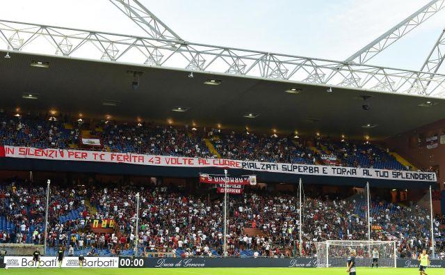 Navijači Genoe so bili tiho prvih 43 minut tekme v spomin na 43 žrtev. FOTO: Simone Arveda / AP