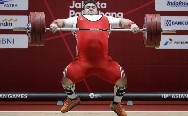 Pakistanec Muhammad Nooh Butt v akciji na azijskih igrah, ki te dni potekajo v Džakarti.Foto Aaron Favila Ap