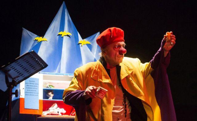 Andrej Rozman Roza v predstavi Zaničniško odmaševanje. Radoživa družbeno angažirana predstava bo nocoj ob 22. uri na ogled na Letnem vrtu Gala hale. FOTO: Nada Žgank