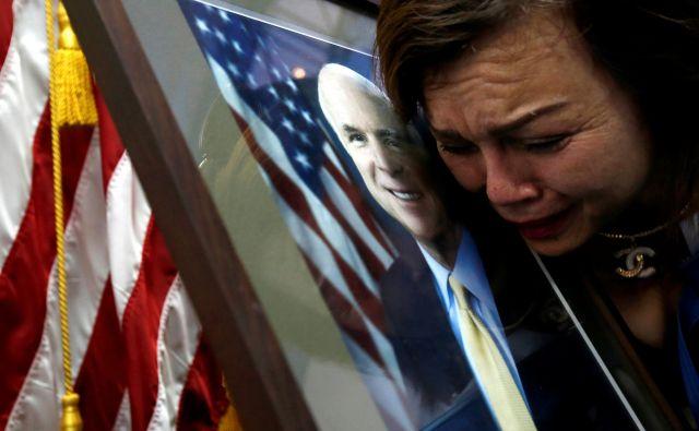 Američanka vietnamskega rodu Mai Tran žaluje za umrlim senatorjem Johnom McCainom na ameriškem veleposlaništvu v Hanoju. FOTO: Reuters