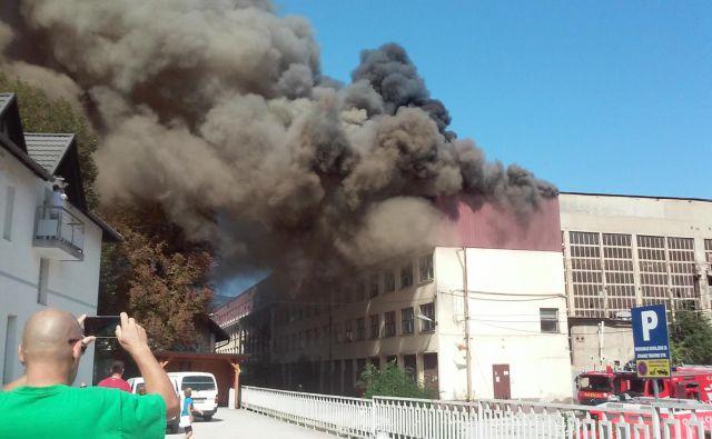 Iz objekta se je kljub gasilski intervenciji začel valiti gost dim. FOTO: Polona Malovrh