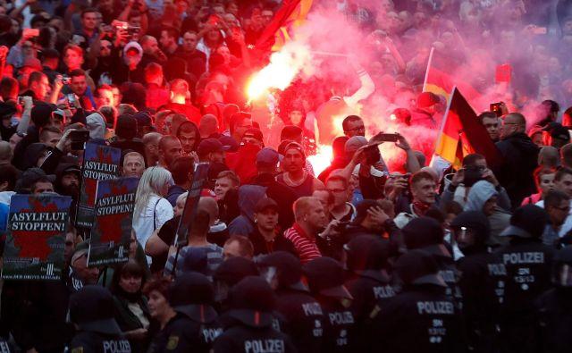 Ponedeljkovih protestov se je udeležilo okoli 2000 skrajnih desničarjev, tudi neonacistov, in okoli tisoč levičarskih. FOTO: Odd Andersen/AFP