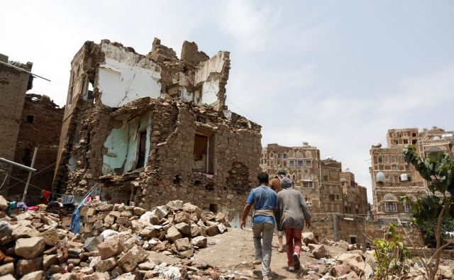 V zračnem napadu porušena stavba v Sani. FOTO: Khaled Abdullah/Reuters