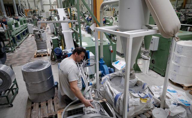 Določenega vonja, ki nastaja pri segrevanju granulata v raztegljivo maso, v Kumplastu ne zanikajo, a direktor Jože Ule odločno zanika, da bi sežigali plastiko, in pravi, da reciklirajo le lastne odpadke. Foto Uroš Hočevar