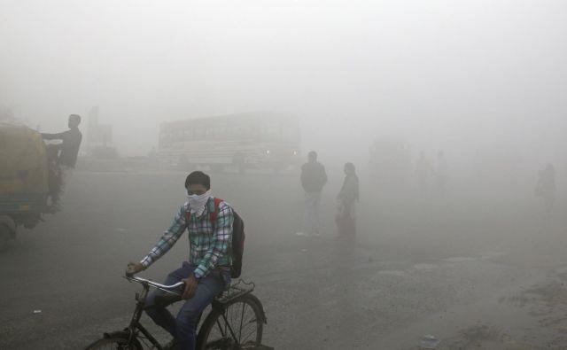 Študija kaže, da se negativni učinki povečujejo s starostjo ljudi.FOTO: Altaf Qadri/AP