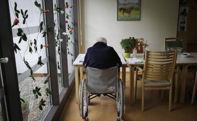 Izpostavljajo tudi, da država vedno večji delež stroškov oskrbe prelaga na same starostnike in njihove svojce, kar kaže povečevanje deleža oskrbnin v prihodkih domov. FOTO: Jože Suhadolnik