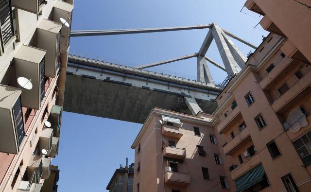 Avtocestni viadukt Morandi, ki se je vil nad gosto poseljenim delom tega pristaniškega mesta, se je v dolžini približno 100 metrov porušil med nevihto 14. avgusta. FOTO: Luca Zennaro/AP