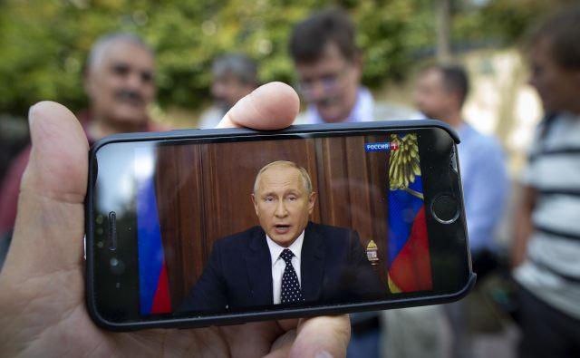 Petinšestdesetletnemu Putinu so napovedane spremembe in protesti, ki so temu sledili, zmanjšale javnomnenjsko podporo. FOTO: Alexander Zemlianichenko/AP