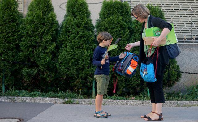 Večina otrok nosi pretežko šolsko torbo. FOTO: Blaž Samec/Delo
