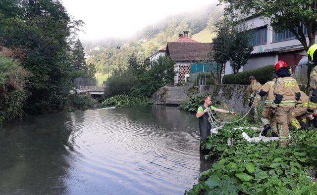 Na mestu pogina rib so odvzeli vzorce vode, ki bi lahko pokazali na povzročitelje te ekološke nesreče. FOTO: PGD Idrija