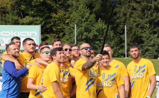 Najbolj izkušeni pri pivovarjih, krožni napadalec Igor Anić, je takole okrog sebe zbral tovariše in stisnil selfija za srečo. FOTO: Tomi Lombar