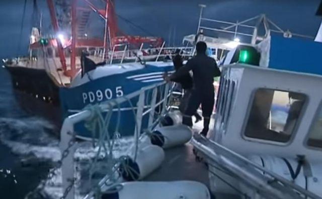 Napetosti med britanskimi in francoskimi ribiči so eskalirale v spopad na morju. FOTO: France 3 Normandie/Youtube