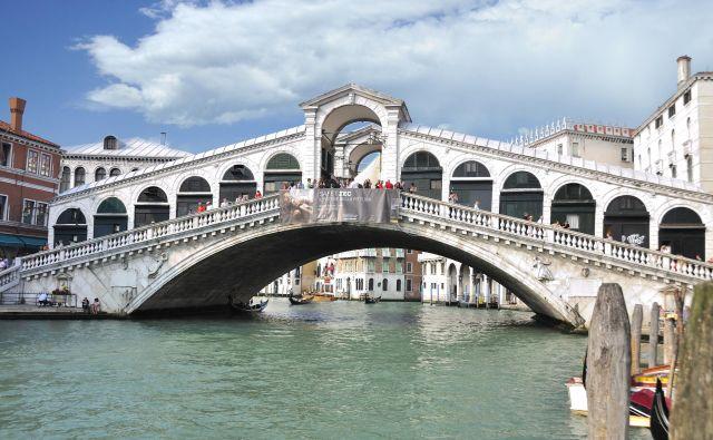 Most Rialto – Ta veličastni most, ki se pne čez Veliki kanal, pogosto vidimo v filmih, med drugim v biografski drami Beneška kurtizana (1998) režiserja Marshalla Herskovitza, ki govori o kurtizani iz 16. stoletja, Veronici Franco, obtoženi čarovništva. Veronica je izhajala z elitne šole Rialto za poštene kurtizane, ki so morale svoje stranke zadovoljiti tako intelektualno kakor telesno. FOTO: Wikipedija