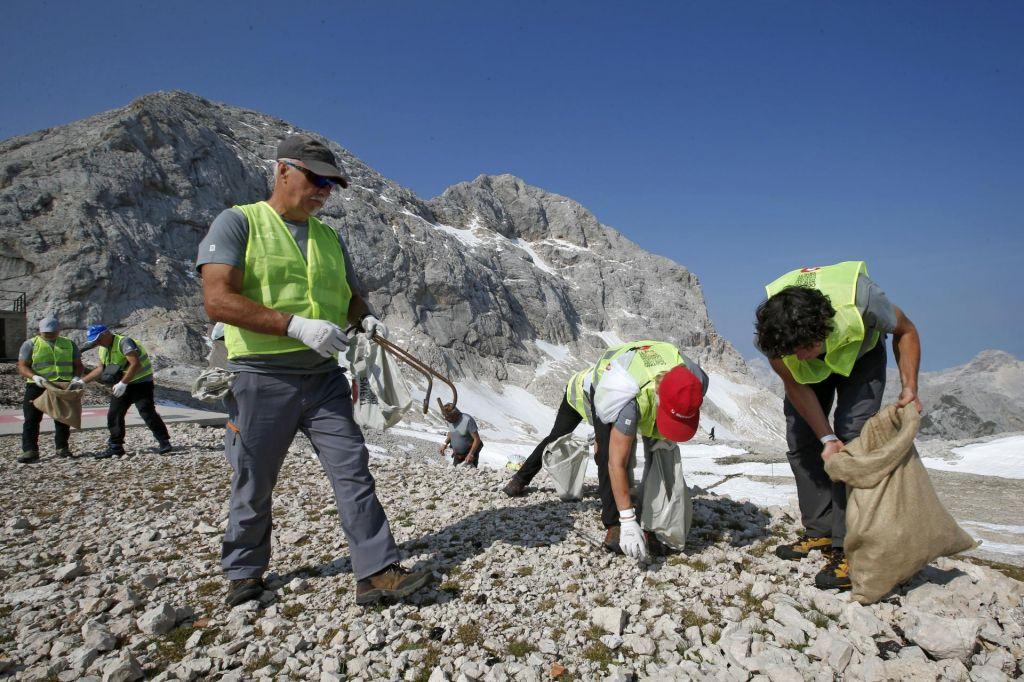 FOTO:Iz Triglavskega ledenika in okolice Kredarice odpeljali za 380 kilogramov smeti