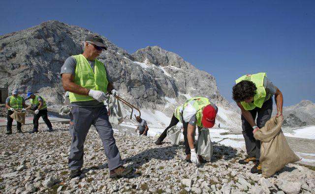 Ljubitelji gora so se z veseljem pridružili čistilni akciji. FOTO: Matej Družnik