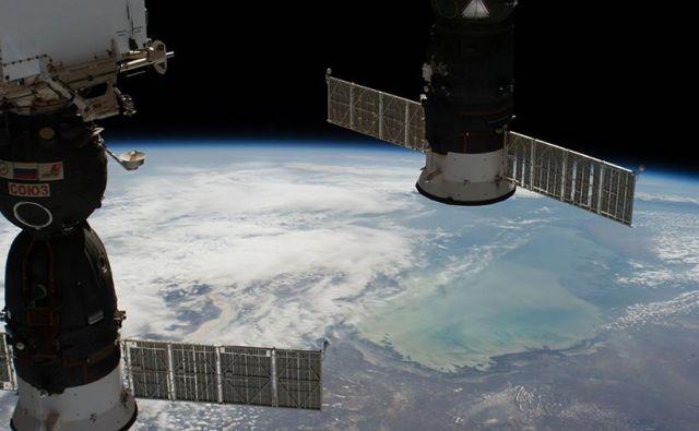 Sojuz MS-09 (na levi) FOTO: NASA